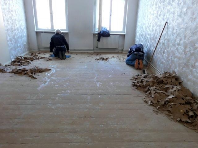 wohnungsaufloesung-berlin-neukoelln-teppich-loesen-4