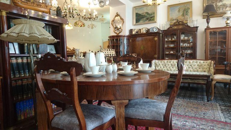 Antike Möbel im Antiquitäten Geschäft in Berlin Charlottenburg